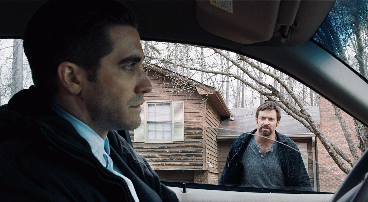 Während Detective Loki (Jake Gyllenhaal, l.) den geistig minderbemittelten Alex laufen lässt, ist Keller Dover (Hugh Jackman, r.) dagegen fest von d... - Bildquelle: TOBIS FILM. ALL RIGHTS RESERVED