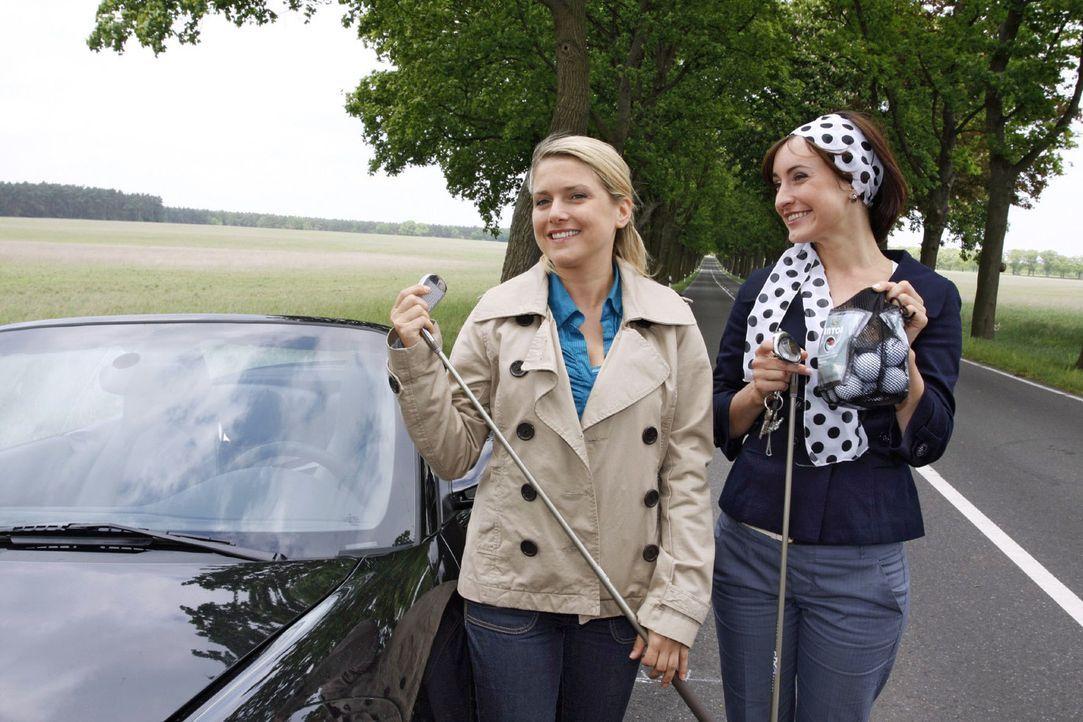 Trotz ihrer Autopanne lassen sich die Freundinnen Anna (Jeanette Biedermann, l.) und Vanessa (Maike von Bremen, r.) die Laune nicht verderben. - Bildquelle: Noreen Flynn Sat.1