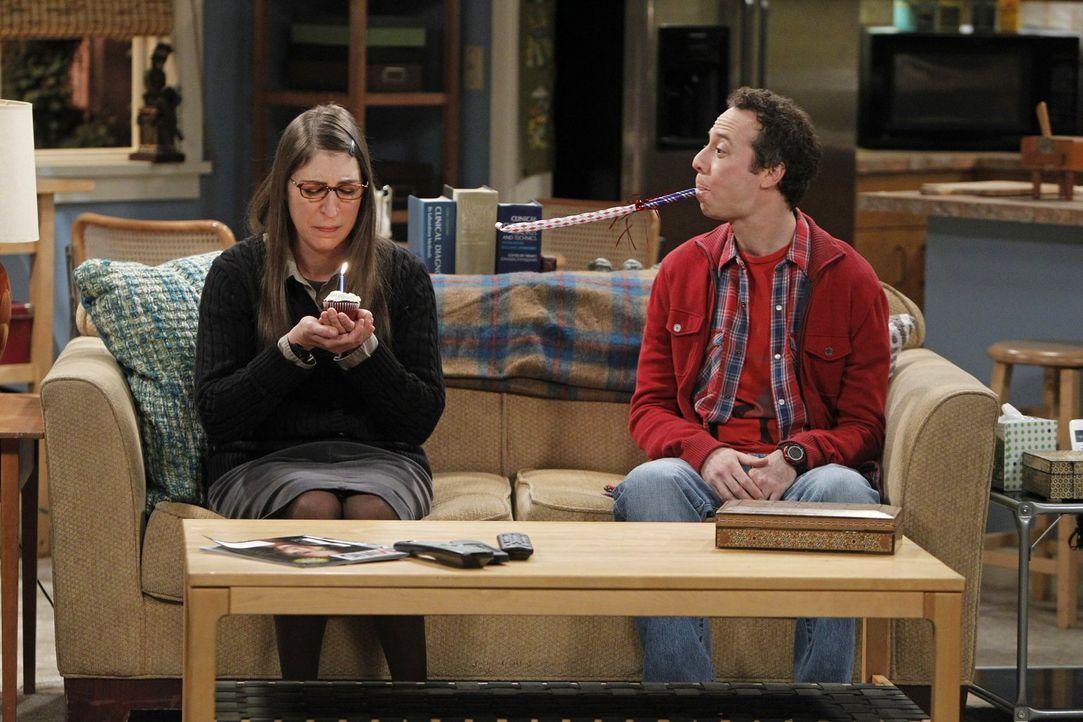 Als Sheldon für eine Weile nach Texas reist, überlegen Amy (Mayim Bialik, l.) und Stuart (Kevin Sussman, r.) beim gemeinsamen Weihnachtsbaum-Schmück... - Bildquelle: Warner Bros. Television
