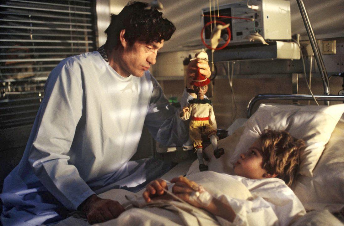 Herr Schäfer (Winfried Glatzeder, l.) besucht den kleinen Florian Lohmann (Dominick Strzoda, r.) nachts auf der Intensivstation, um ihm einen Pinocc... - Bildquelle: Bernd Spauke Sat.1