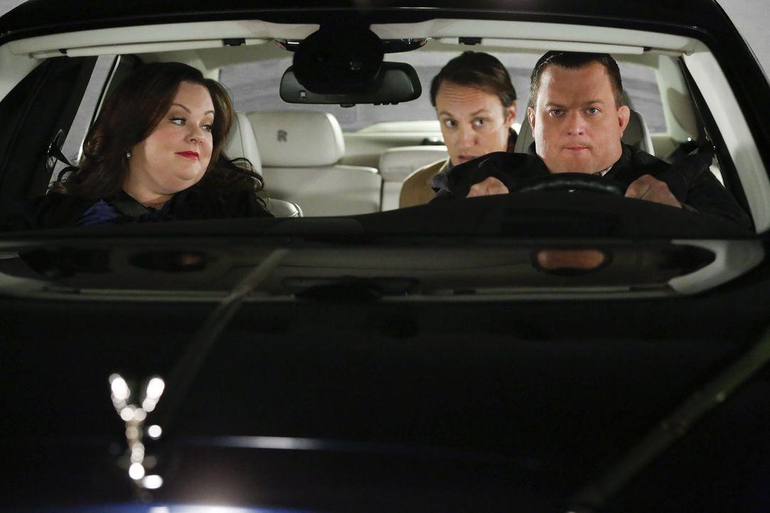 Eine ganz besondere Probefahrt wartet auf Mike (Billy Gardell, r.), Molly (Melissa McCarthy, l.) und Geoffrey (Andrew Elvis Miller, M.) ... - Bildquelle: Warner Brothers