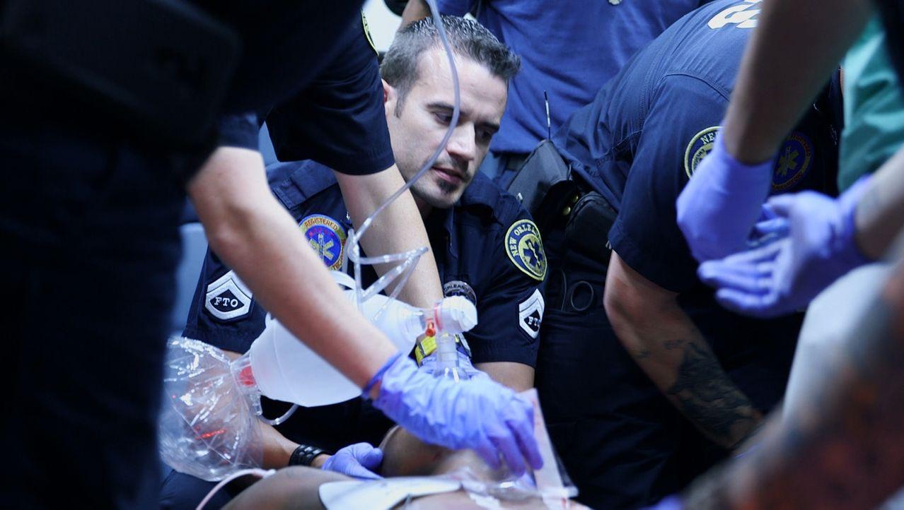Die Notfall-Hilfskräfte Dan Flynn (M.) und sein Team von der EMS-Zentrale in New Orleans kämpfen um das Leben des Opfers einer Schießerei und versuc... - Bildquelle: 2014 Wolf Reality, LLC and 44 Blue Productions, Inc.  All Rights Reserved.