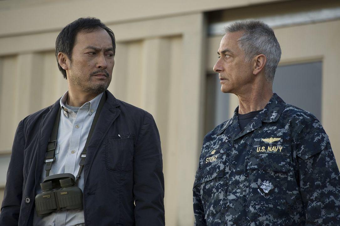 Während Admiral William Stenz (David Strathairn, r.) fest davon überzeugt ist, dass Godzilla Böses für die Menschheit im Gepäck hat, ahnt Dr. Ichiro... - Bildquelle: 2014   Warner Bros.