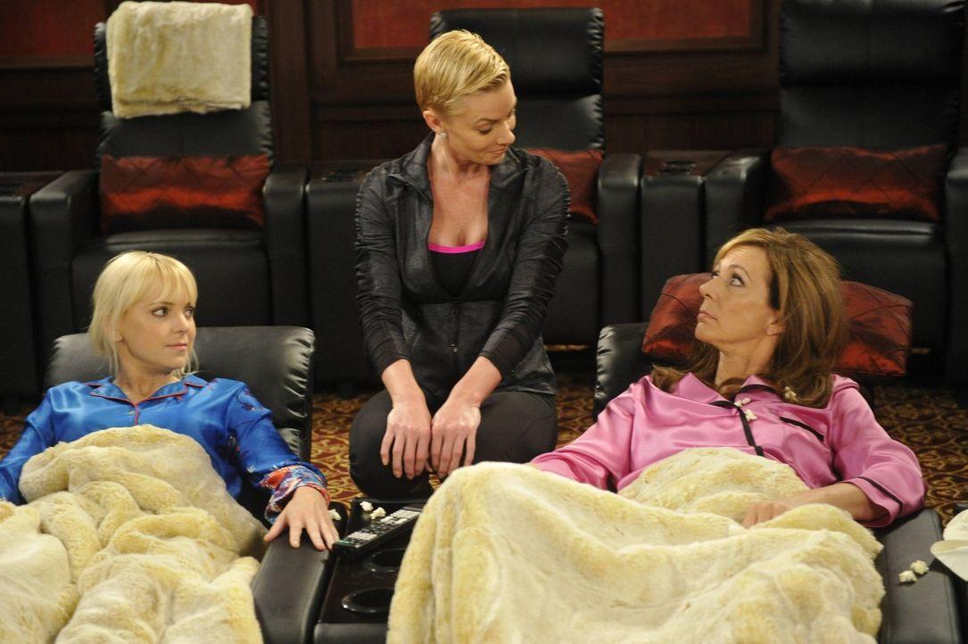 Nach ihrem Entzug braucht Jill (Jaime Pressly, M.) etwas Gesellschaft. Christy (Anna Faris, l.) und Bonnie (Allison Janney, r.) erklären sich bereit... - Bildquelle: Warner Bros. Television