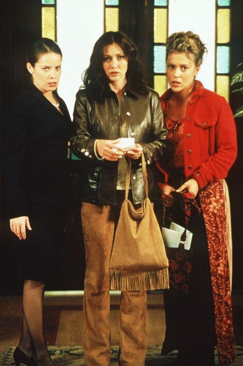 Nur die Macht der drei Schwestern Phoebe (Alyssa Milano, l.), Prue (Shannen Doherty, M.) und Piper (Holly Marie Combs, r.) kann den Dämon vernichten. - Bildquelle: Paramount Pictures