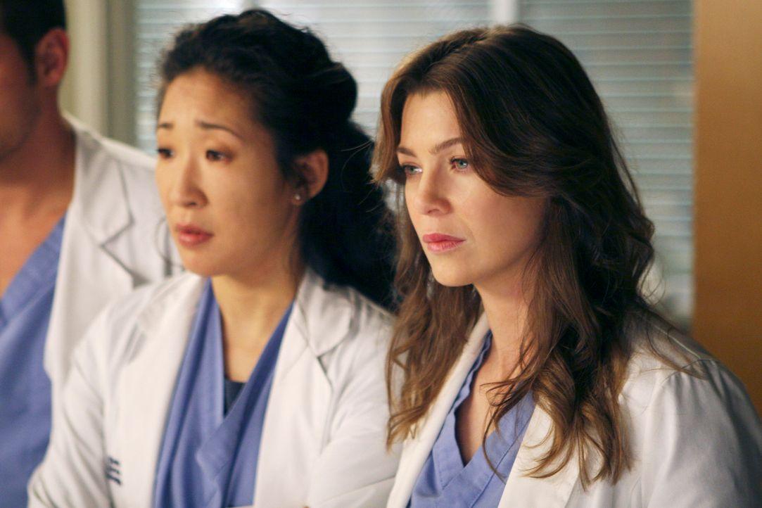 Während Meredith (Ellen Pompeo, r.) erfährt, dass Derek nachts immer auswandert, da sie so schnarcht, ist zwischen Cristina (Sandra Oh, l.) und Bu... - Bildquelle: Touchstone Television
