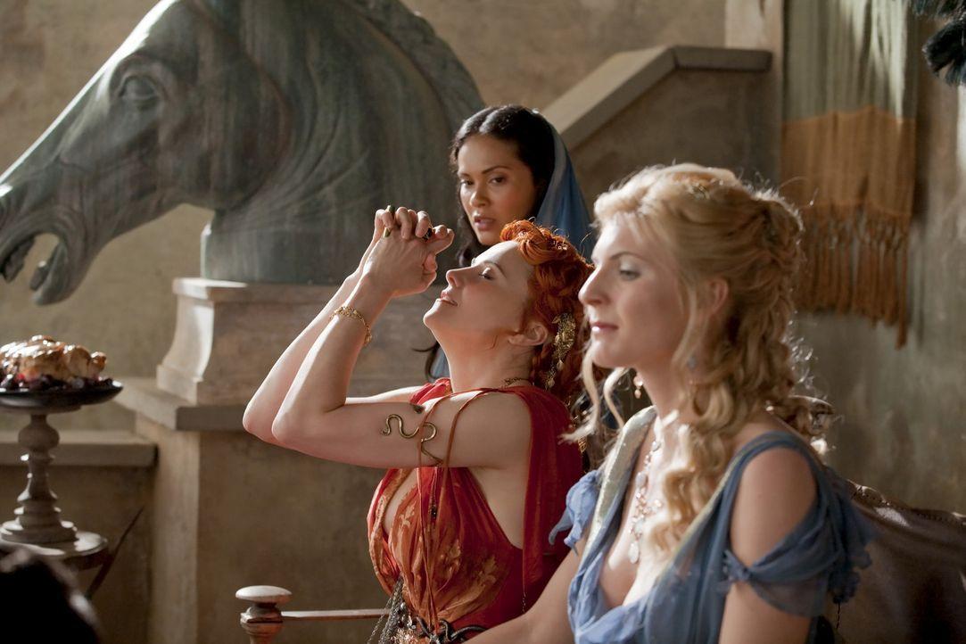 Genießen den Hinrichtungskampf von Solonius: Lucretia (Lucy Lawless, M.) und Lithyias (Viva Bianca, r.) ... - Bildquelle: 2010 Starz Entertainment, LLC