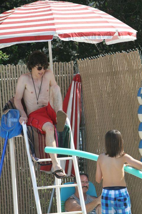 Er wollte einen relaxten Ferienjob, steht als Rettungsschwimmer im Schwimmbad aber dann doch ganz schön unter Strom: Axl (Charlie McDermott) ... - Bildquelle: Warner Brothers