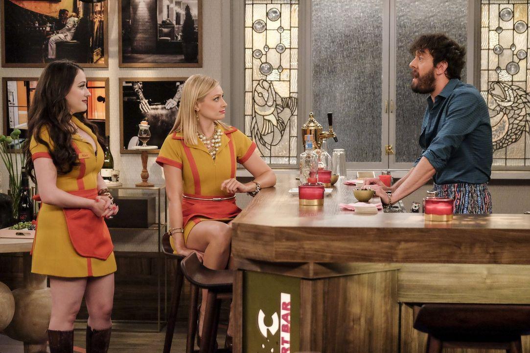 Oleg (Jonathan Kite, r.) als Barkeeper in der Dessert-Bar? Haben sich Max (Kat Dennings, l.) und Caroline (Beth Behrs, M.) das wirklich gut überlegt? - Bildquelle: Warner Bros. Television