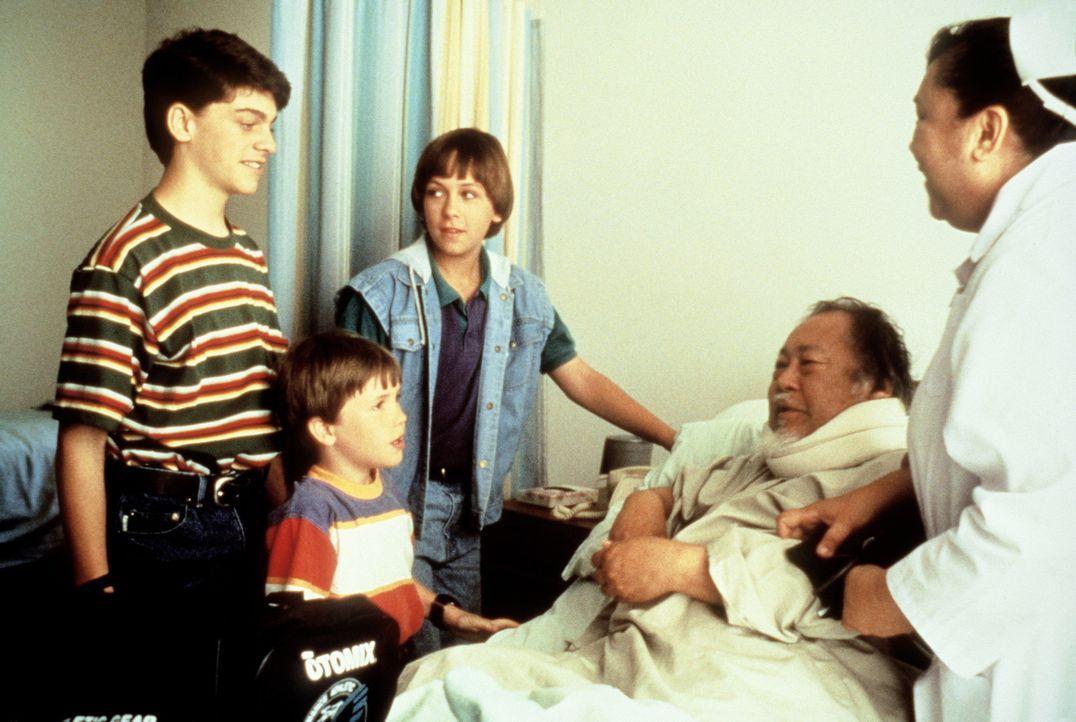 Rocky (Sean Fox, l.), Tum Tum (Evan Bonifant, 2.v.l.) und Colt (Max Elliott Slade, M.) besuchen Grandpa (Victor Wong, 2.v.r.), der nach einer Gangst... - Bildquelle: Columbia TriStar