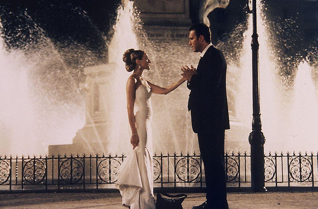 Nach dem Besuch eines Balls stellt Aidan (John Corbett, r.) Carrie (Sarah Jessica Parker, l.) vor die Wahl, ihn auf der Stelle zu heiraten oder die... - Bildquelle: Paramount Pictures