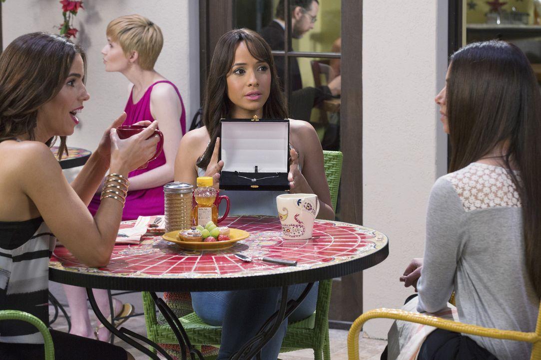 Carmen (Roselyn Sanchez, r.) und Marisol (Ana Ortiz, l.) sind überwältigt von dem Geschenk, dass Rosie (Dania Ramirez, M.) von Reggie bekommen hat,... - Bildquelle: 2014 ABC Studios