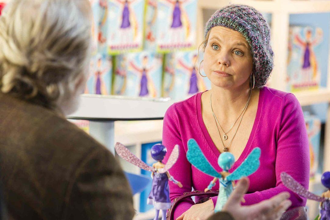 Danni (Annette Frier) stellt ihren Klapptisch wieder auf, jetzt im Freien - auf dem Kölner Neumarkt - und sie reduziert den Preis. Sie will sich nic... - Bildquelle: Frank Dicks SAT.1