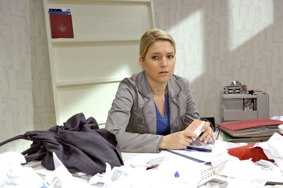 Anna (Jeanette Biedermann) redet sich ein, keine Pillen zu benötigen, um gute Arbeit zu leisten. - Bildquelle: Claudius Pflug Sat.1