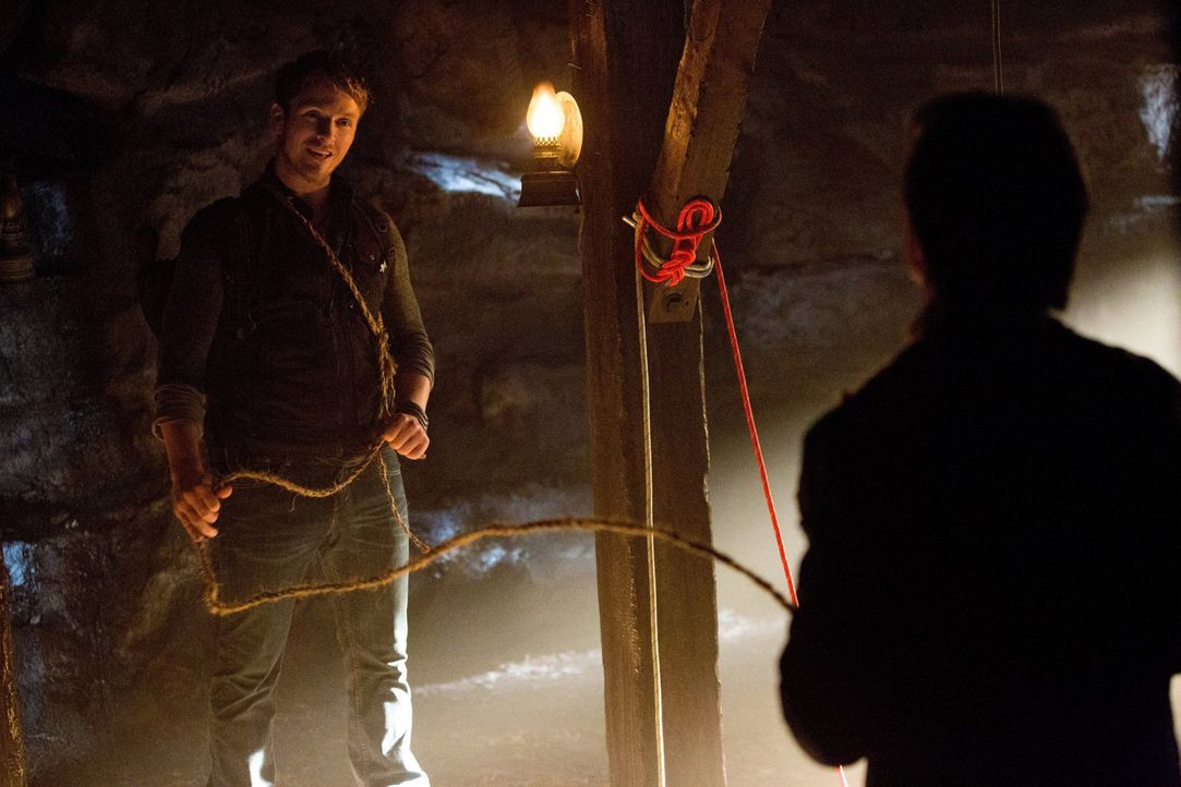 Als Vaughn (Charlie Bewley, l.) auf Damon (Ian Somerhalder, r.) trifft, stellt er sich als wahrlich gefährlicher Jäger heraus ... - Bildquelle: Warner Brothers