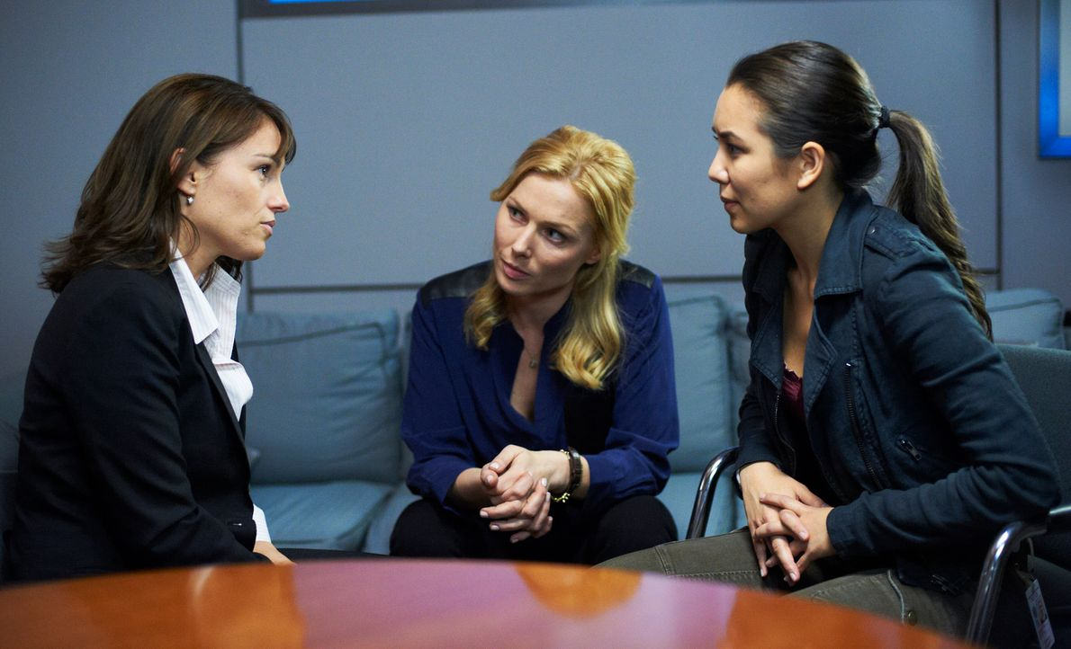 Das verzweifelte Vergewaltigungsopfer Sydney Reid (Amy Jo Johnson, l.) wendet sich mit seiner Geschichte an die Psychologin Dr. Ridley (Stefanie von... - Bildquelle: Stephen Scott CBC 2013