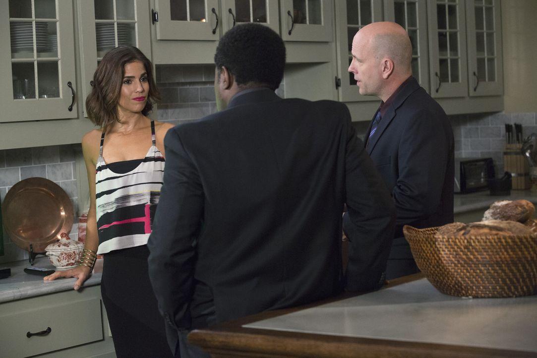 Als Detective Figueroa (E. Roger Mitchell, M.) und Detective Wolf (Dean Cudworth, r.) Marisol (Ana Ortiz, l.) einige Infos über den Unfall ihres Man... - Bildquelle: 2014 ABC Studios