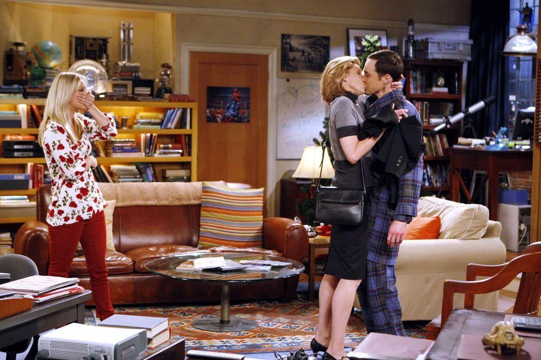 Penny (Kaley Couco, l.) wird Zeuge, wie Leonards Mutter Beverly (Christine Baranski, M.) über Sheldon (Jim Parsons, r.) herfällt ... - Bildquelle: Warner Bros. Television