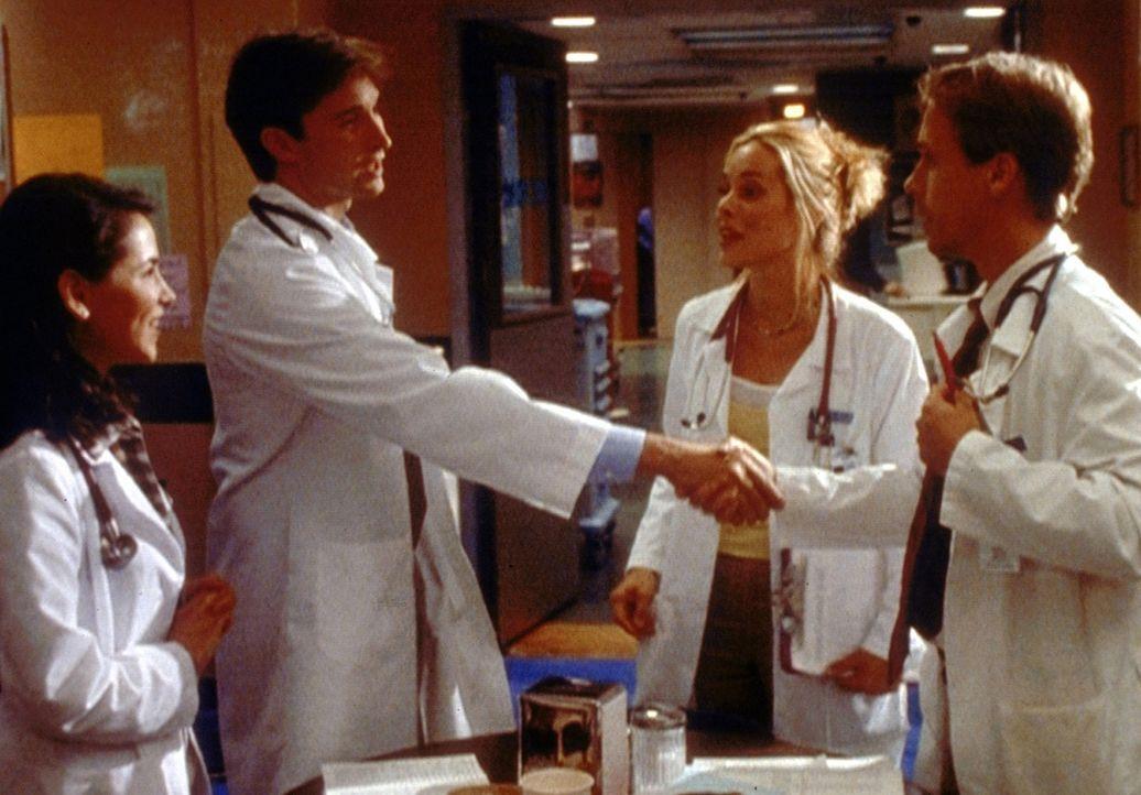 Carter (Noah Wyle, 2.v.l.) begrüßt feierlich seinen neuen Studenten George (Chad Lowe, r.) - nicht ahnend, dass er mit ihm nichts als Ärger haben... - Bildquelle: TM+  2000 WARNER BROS.