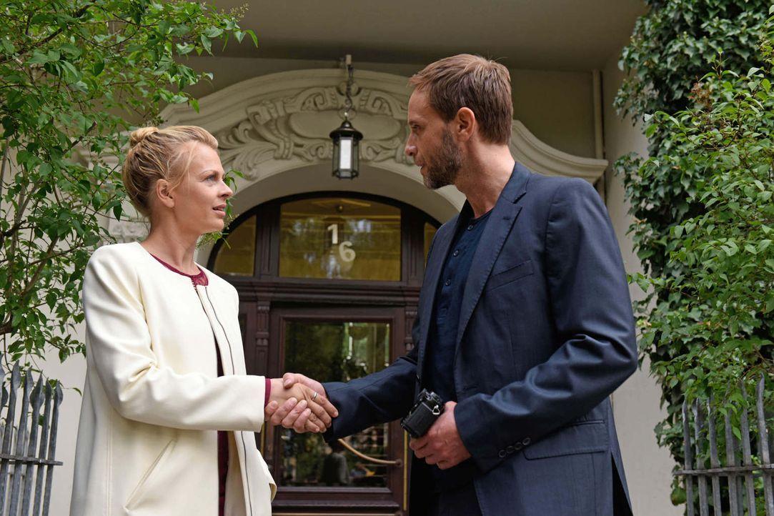 Die scheinbar zufälligen Begegnungen mit Daniel (Julian Weigend, r.) häufen sich, Nina (Isabell Gerschke, l.) kann den geheimnisvollen Mann nicht me... - Bildquelle: Christoph Assmann SAT.1