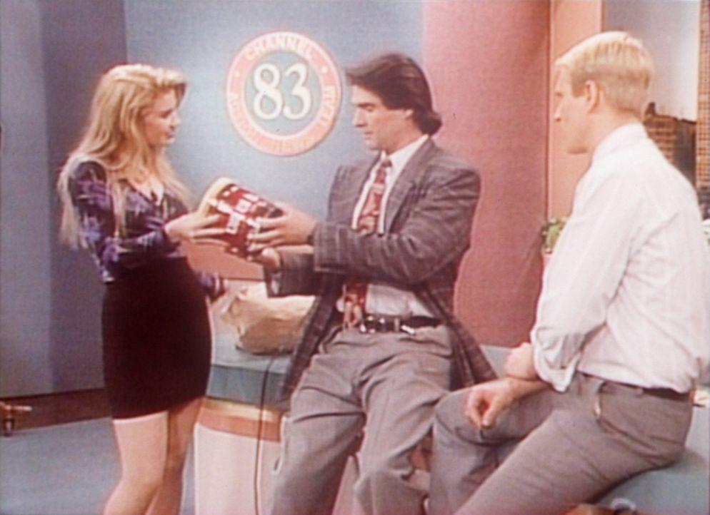Als Kelly (Christina Applegate, l.) ein Praktikum bei einem Fernsehsender macht, fällt sie dem Programmchef (Fran Montano, M.) und dem Ansager Bill... - Bildquelle: Columbia Pictures