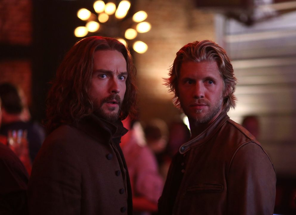 Um den Sukkubus ausfindig zu machen, muss Ichabod (Tom Mison), l.) ausgerechnet mit Hawley (Matt Barr, r.) zusammenarbeiten ... - Bildquelle: 2014 Fox and its related entities. All rights reserved