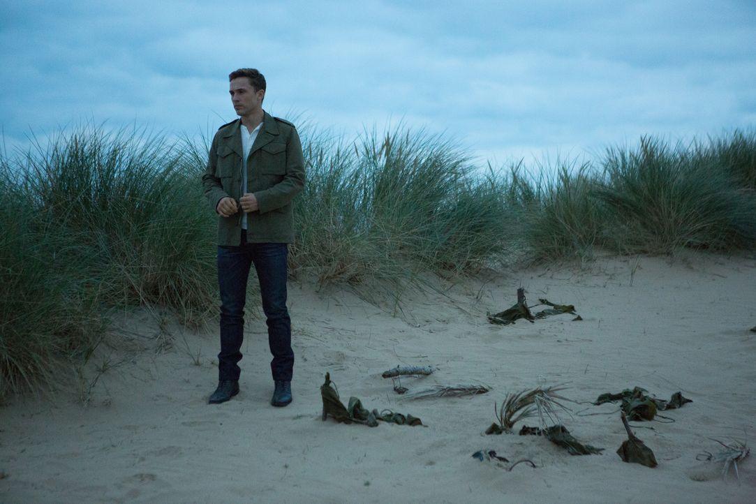 Versucht herauszufinden, ob Robert wirklich ehrlich ist, was seine Zeit auf der Insel betrifft: Liam (William Moseley) ... - Bildquelle: Matt Frost 2016 E! Entertainment Television, LLC