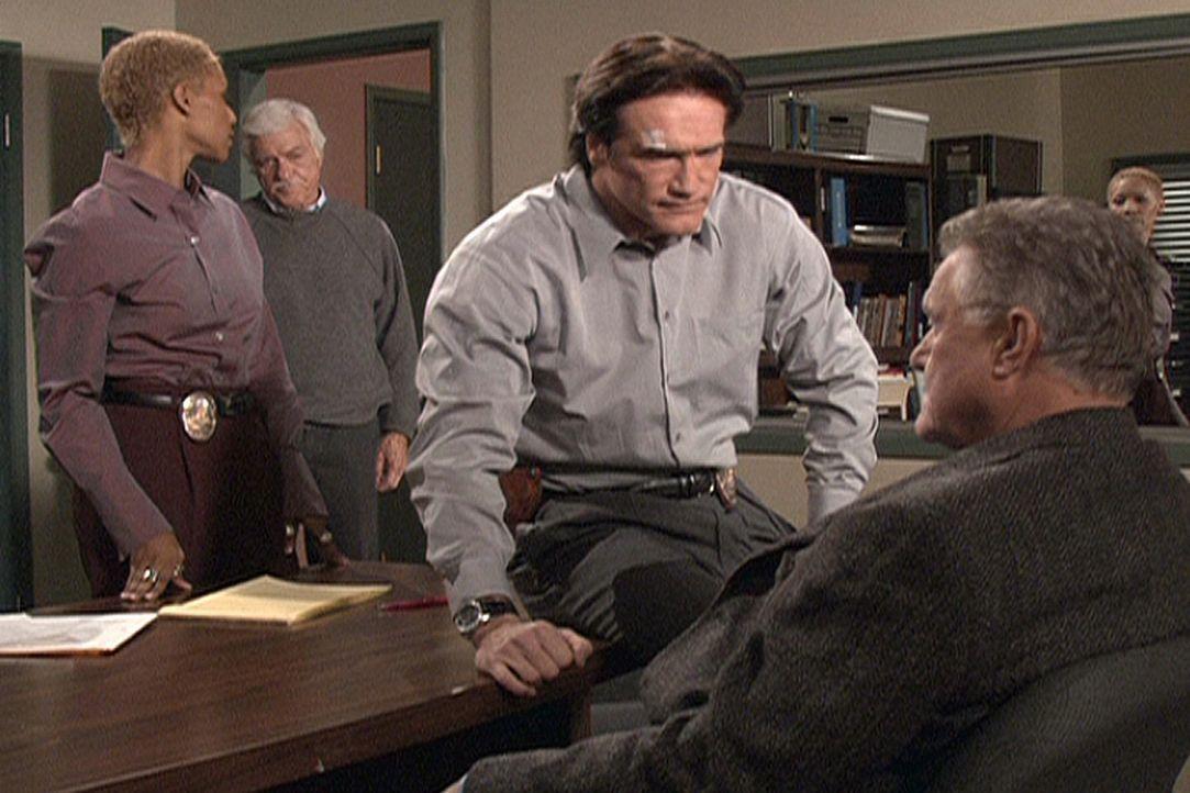 Steven (Barry Van Dyke, 2.v.r.) findet heraus, dass Julias Großvater hereingelegt und nach dem Mord an seiner Frau unschuldig zum Tode verurteilt wu... - Bildquelle: Viacom