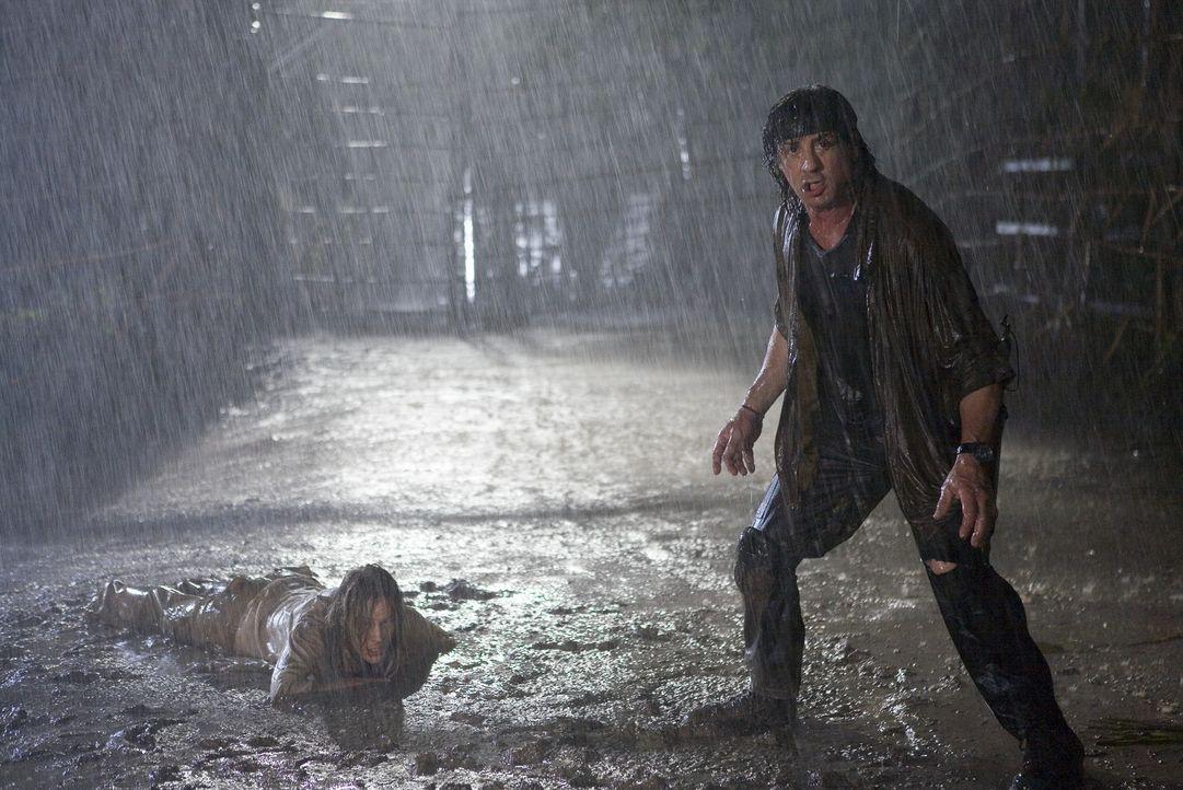 Schlechtes Wetter ist für John Rambo (Sylvester Stallone, r.) kein Hindernis, Sarah (Julie Benz, l.) zu retten ... - Bildquelle: Karen Ballard Nu Image Films