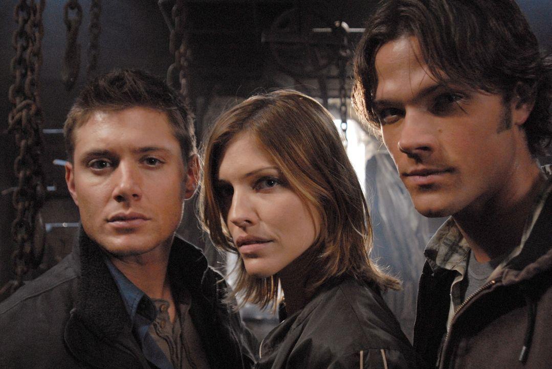 Während Sam (Jared Padalecki, r.) und Dean (Jensen Ackles, l.) eine verlassene Straße entlang fahren, werden sie von einer blutenden Frau namens Mol... - Bildquelle: Warner Bros. Television