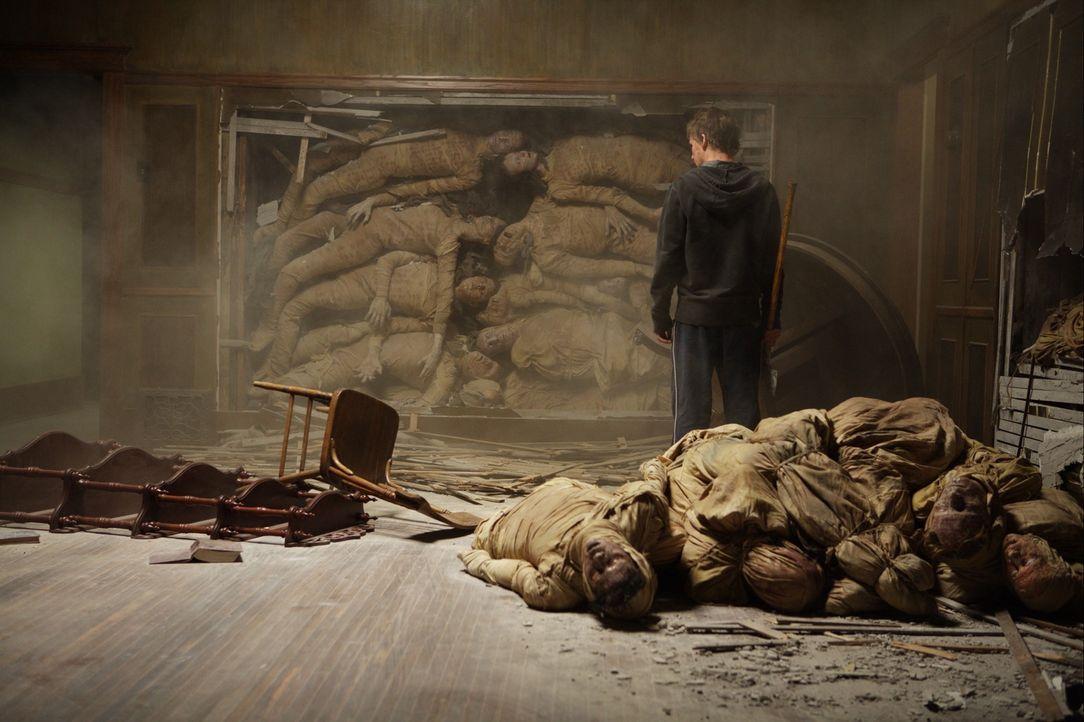 Er spät entdeckt Matt (Kyle Gallner) die in den Wänden eingeschlossenen Toten, die für das dämonische Treiben im Haus verantwortlich sind. Um seine... - Bildquelle: Falcom Media