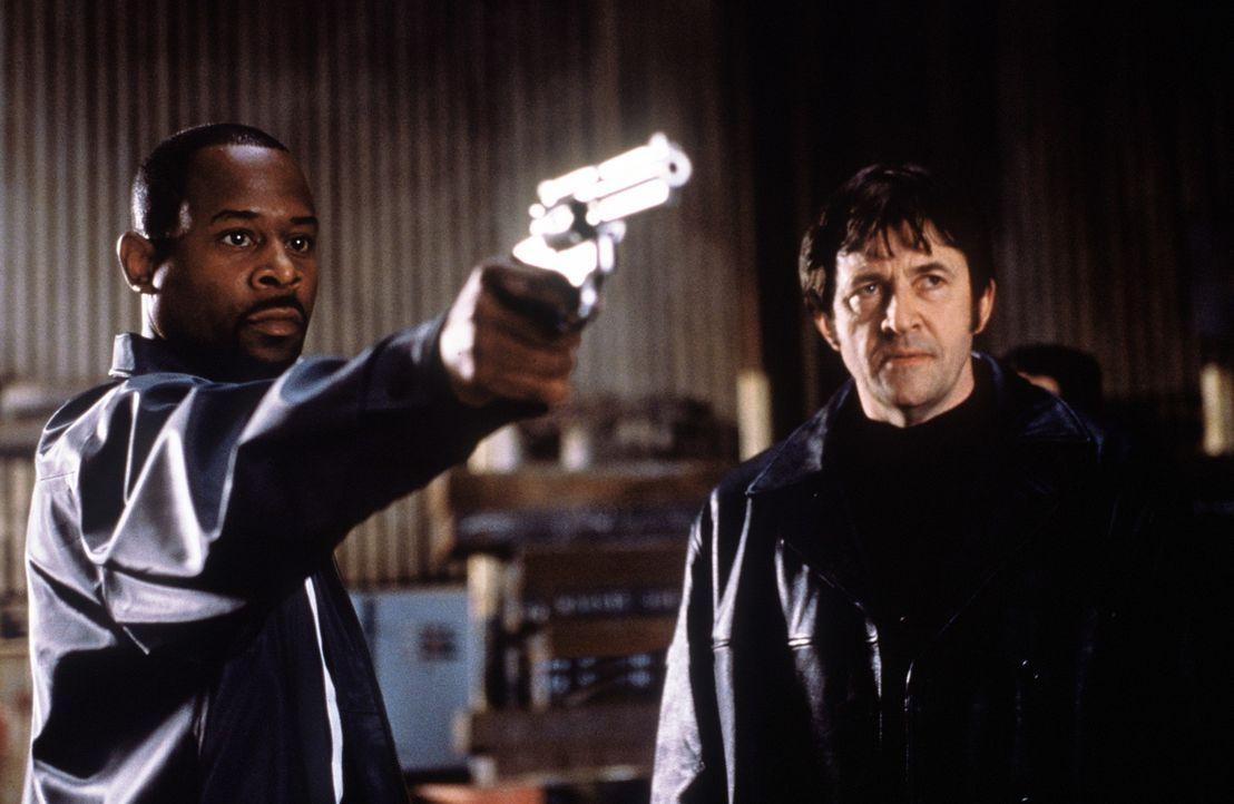 Um an die Beute seines letzten  Einbruchs zu gelangen, muss Gauner Miles Logan (Martin Lawrence, l.) den Cop spielen. Dies ahnt auch La Fleur (Olek... - Bildquelle: Columbia Pictures