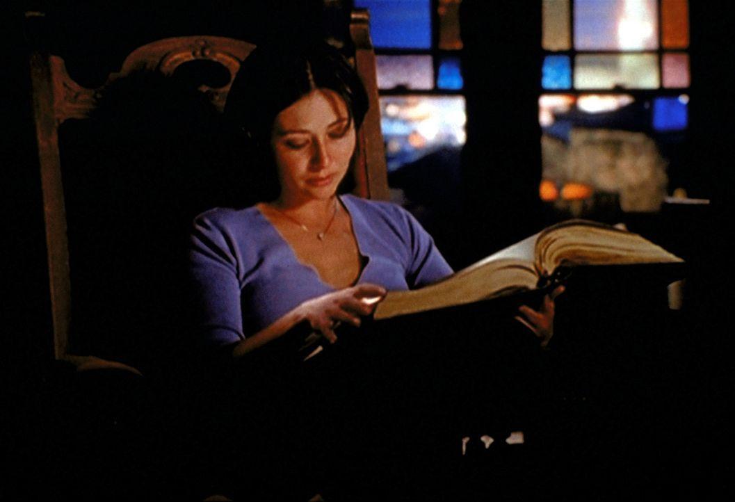 """Prue (Shannen Doherty) findet im """"Buch der Schatten"""" eine handschriftliche Notiz ihrer Mutter, die sie vor dem Dämon der Angst warnt ... - Bildquelle: Paramount Pictures"""