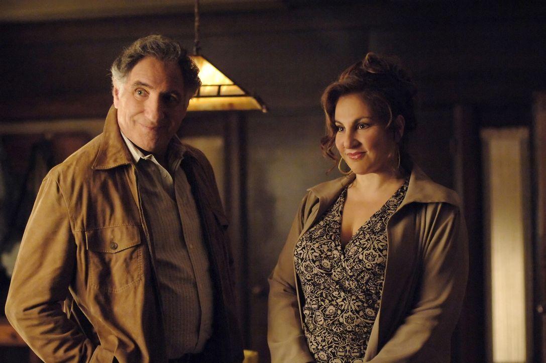 Verstehen sich gut: Dr. Mildred French (Kathy Najimy, r.) und Alan Eppes (Judd Hirsch, l.) ... - Bildquelle: Paramount Network Television