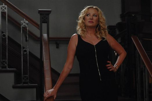 Witches of East End - Was führt Penelope (Virginia Madsen) im Schilde? - Bild...