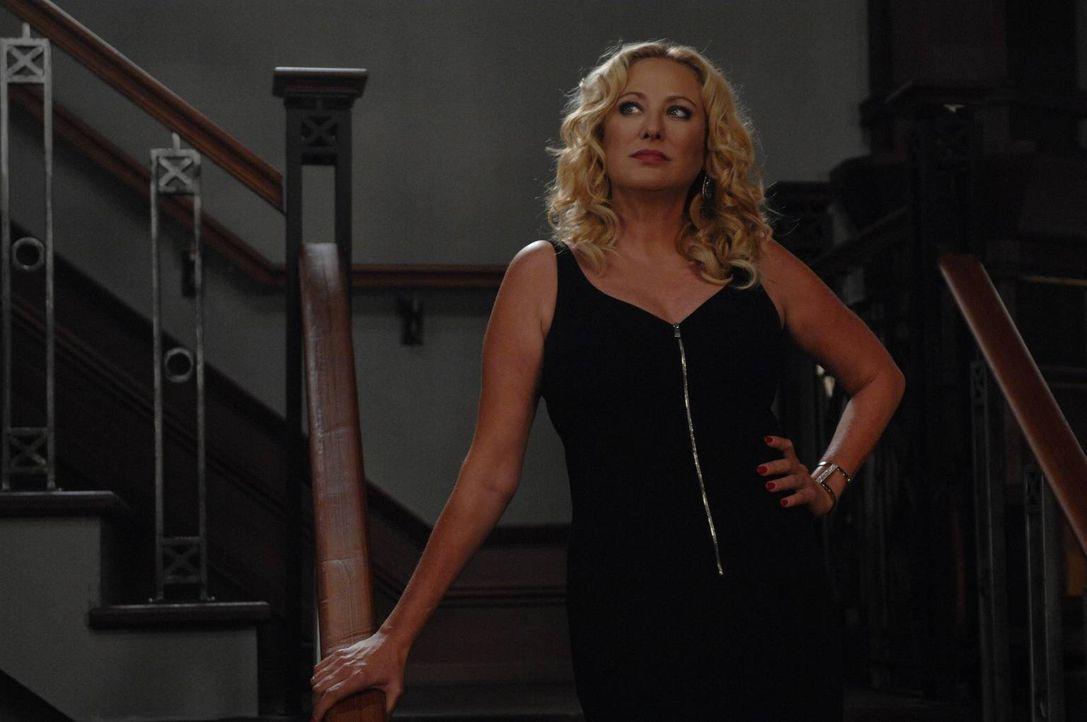 Was führt Penelope (Virginia Madsen) im Schilde? - Bildquelle: 2013 Lifetime Entertainment Services, LLC. All rights reserved.v