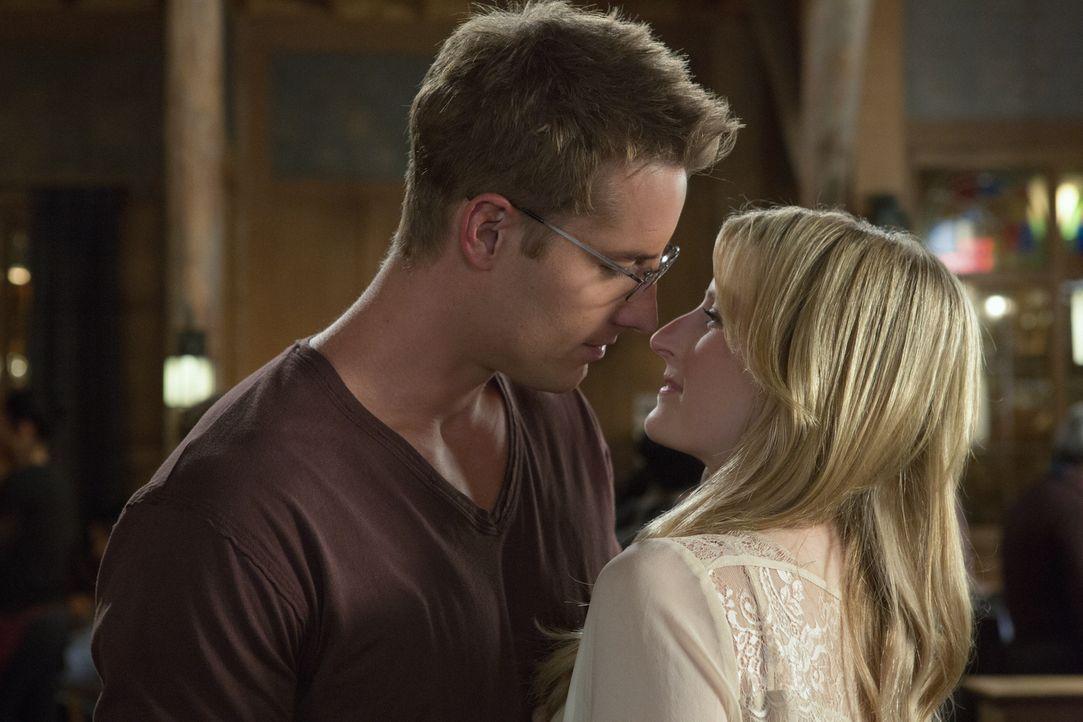 Kommen sich Emily (Mamie Gummer, r.) und Will Collins (Justin Hartley, l.) doch noch näher? - Bildquelle: 2012 The CW Network, LLC. All rights reserved.