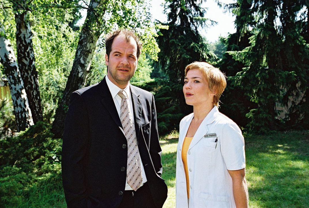 Rottis Mann Victor (Marek Erhardt, l.) erzählt Stephanie (Claudia Schmutzler, r.) von der Trunksucht seiner Frau... - Bildquelle: Monika Schürle Sat.1