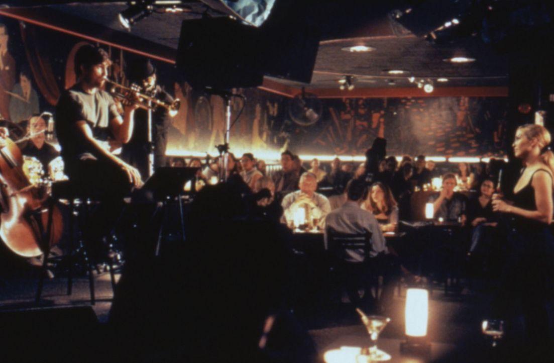 Ein Knistern liegt in der Luft: Sharon (Jennifer Lopez, r.) ist fasziniert von dem melancholischen Vagabunden Catch (James Caviezel, l.). - Bildquelle: Warner Bros.
