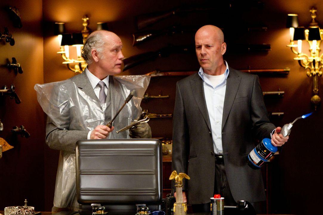 Die Profis Frank (Bruce Willis, r.) und Marvin (John Malkovich, l.) greifen bei ihren Ermittlungen zu außergewöhnlichen Methoden ... - Bildquelle: 2010 Concorde Filmverleih GmbH
