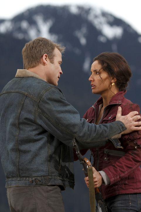 Maria (Leonor Varela, r.) hat Chance (Mark Valley, l.) benutzt, um durch Doug selbst an das Gold zu kommen. Trotzdem hat Chance immer noch große Gef... - Bildquelle: Warner Brothers
