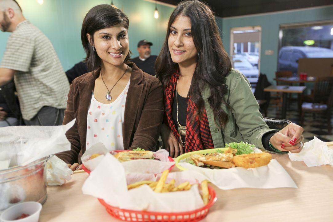 Alana (l.) und Lex (r.) geben ihr Bestes, um den Malones den Weg zu einem Neuanfang zu ebnen und freuen sich auf ein leckeres Essen in deren Burger... - Bildquelle: 2015,HGTV/Scripps Networks, LLC. All Rights Reserved