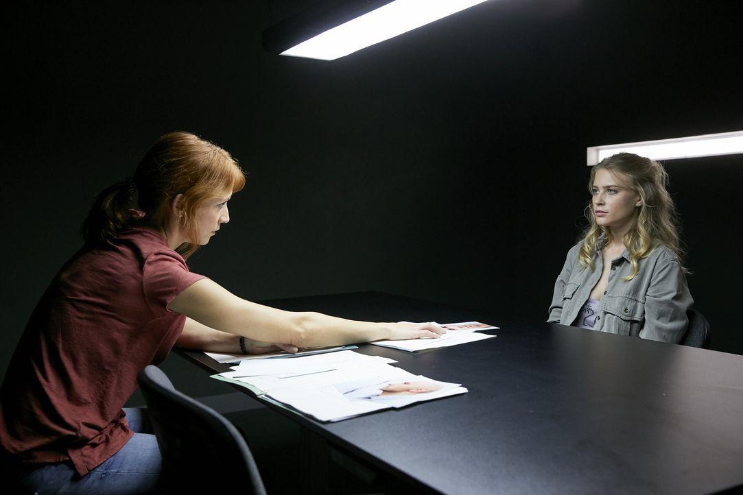 Was weiß Einsteins Studentin Lina (Jeanne Goursaud, r.) über die Diebstähle? Elena (Annika Ernst, l.) hält sie für verdächtig, denn Lina kannte den... - Bildquelle: Guido Engels SAT.1/ Guido Engels