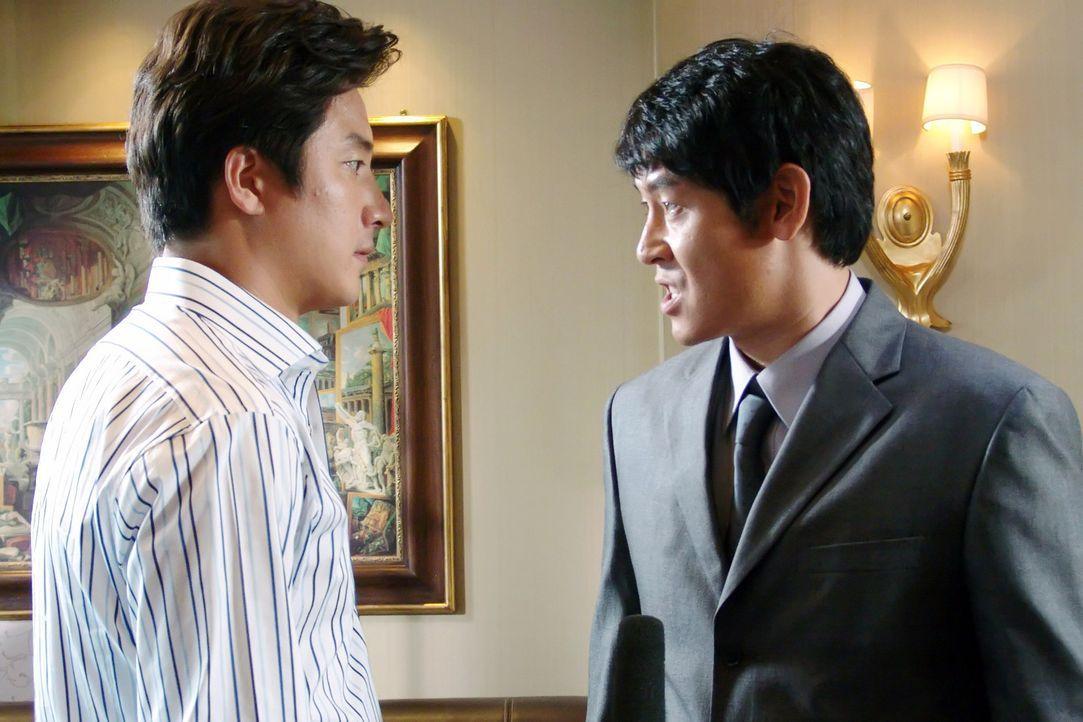 Schon bald erkennt Staatsanwalt Chul-jung Kang (Kyung-gu Sol, r.), dass aus dem hemmungslosen Mitschüler von einst, ein skrupelloser Geschäftsmann... - Bildquelle: Splendid