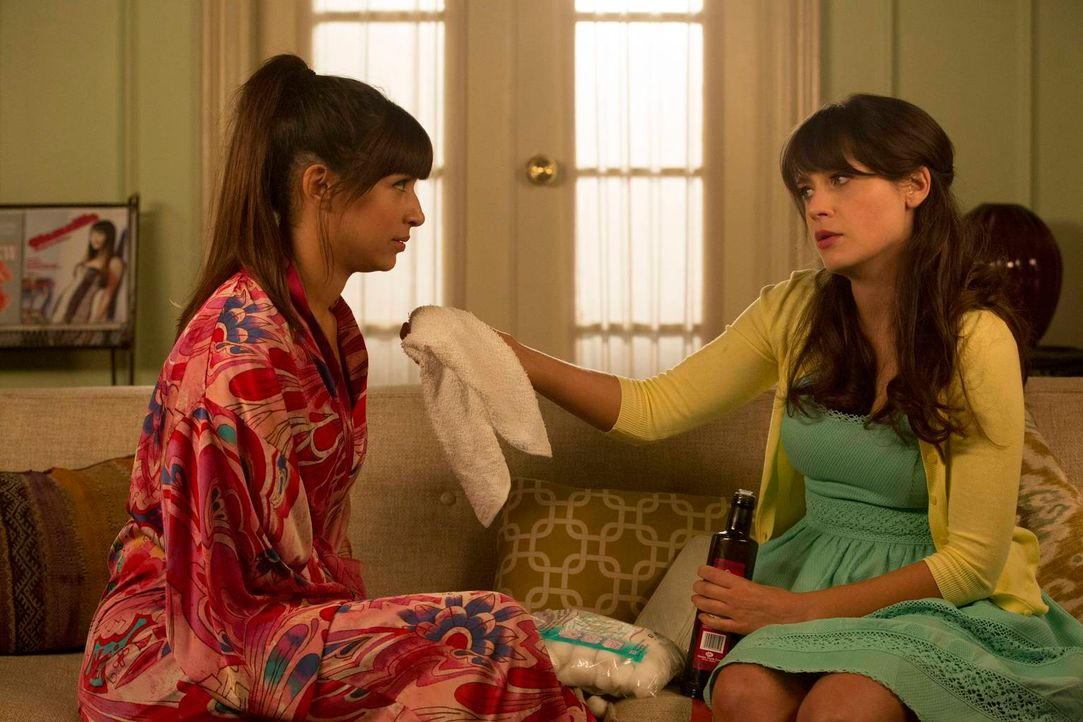 Während Jess (Zooey Deschanel, r.) eine Chance auf einen neuen Job hat, hat Cece (Hannah Simone, l.) ein großes Problem im Gesicht ... - Bildquelle: 2013 Twentieth Century Fox Film Corporation. All rights reserved