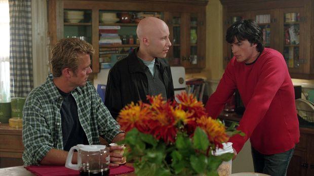 Wie soll Clark (Tom Welling, r.) seine neue Fähigkeit vor Jonathan (John Schn...
