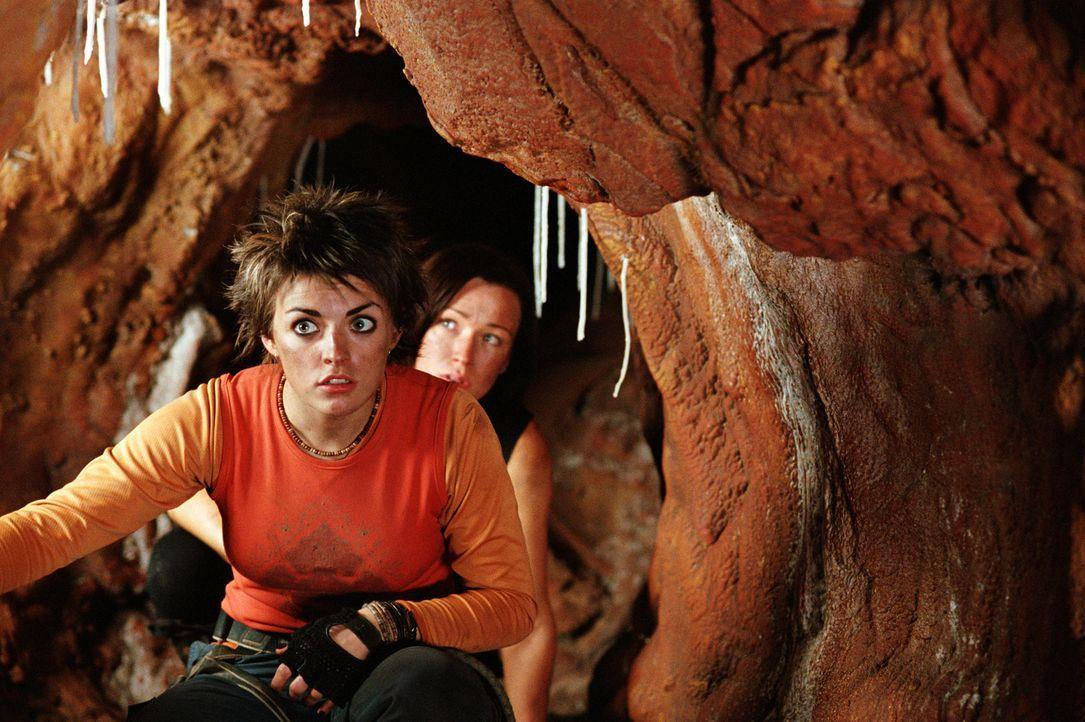 Auf der Flucht vor Kannibalen: Holly (Nora-Jane Noone, vorne) und Juno (Natalie Mendoza, hinten) ... - Bildquelle: Square One Entertainment