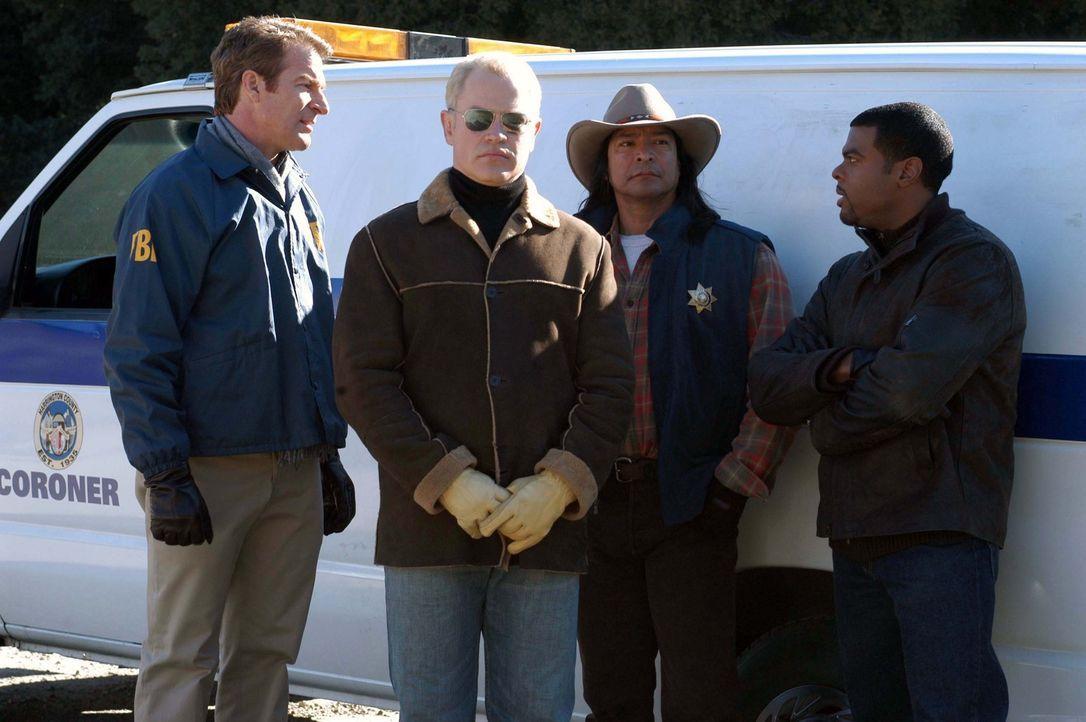 Stehen vor einem medizinischen Rätsel: Connor (Neal McDonough, 2.v.l.), Maloney (Kevin Kilner, l.), Shephard (Gil Birmingham, 2.v.r.) und Powell (T... - Bildquelle: CBS Television