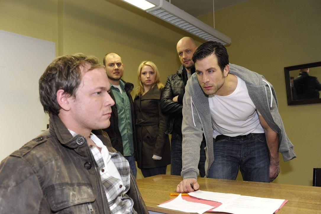 Michael (Andreas Jancke, r.) wirkt auf Jens (Michael Starkl, l.) ein, damit dieser die Verantwortung für sein damaliges Handeln trägt und bei der... - Bildquelle: SAT.1