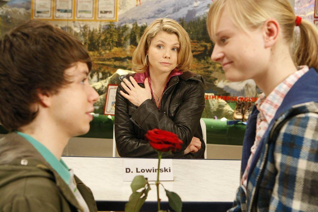 Suchen Hilfe bei Danni (Annette Frier, M.): Mia (Svea Bein, r.) und ihr Freund Lukas (Ben Unterkofler, l.) ... - Bildquelle: SAT.1